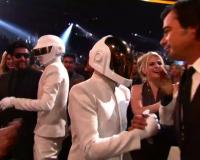 """Los Daft Punk jugando a las """"escondidas"""" en los Grammy Awards"""